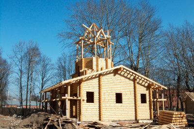 Ein Dachüberstand schützt die Fassade.