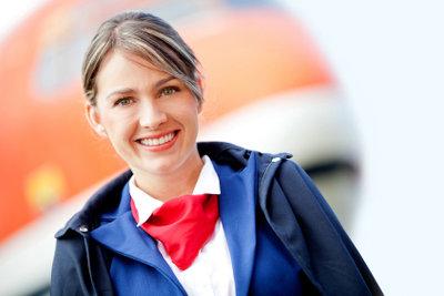 Eine Flugbegleiterin in Uniform