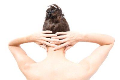 Eine wärmende Salbe hilft bei Rückenschmerzen.