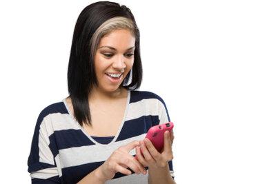 Mädchen freuen sich über SMS.