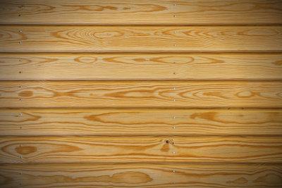 Holzpaneele eignen sich als rustikale Wandverkleidung.