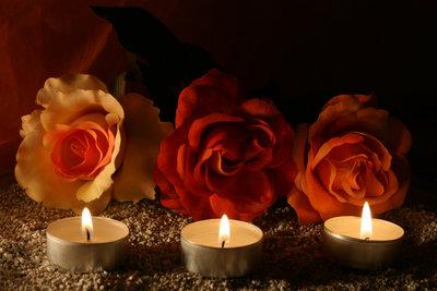 Kerzenlicht gehört zum romantischen Abend.