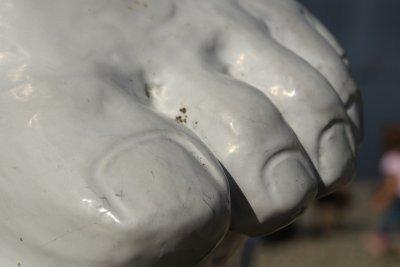 Manche Fußnägel fühlen sich steinhart an.