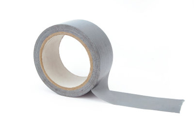 Ein Tapeverband kann bei Sportverletzungen helfen.