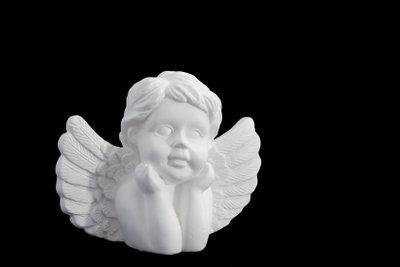 Skulpturen aus Gips sind schön weiß.