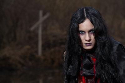 Ein Vampir trägt die Haare dunkel.