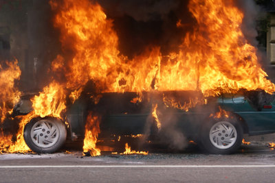 Auch Autos explodieren in dem Spiel.