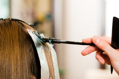 Flecken von Haarfarben können mit etwas Glück entfernt werden.