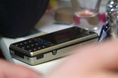 Ein einfaches Handy ohne Internet finden.