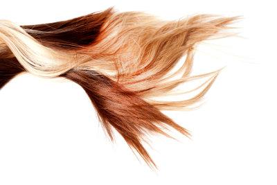Jennifer Aniston trägt honigblonde Haare.