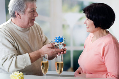 Ältere Menschen feiern oft recht fit.