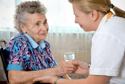 In einem Schwesternhelferinnenkurs lernen Sie die Grundlagen der Pflege.