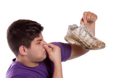 Stinkende Schuhe und Füße sind unangenehm.