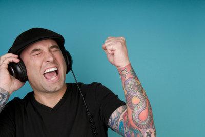 Entwerfen Sie Ihr Tattoo am Ohr selbst.