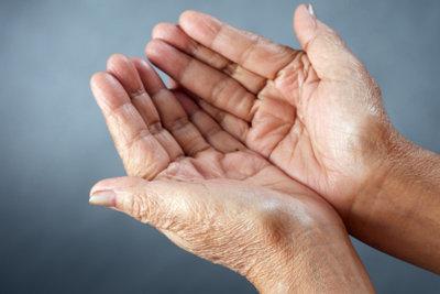 Einfache Hausmittel helfen gegen trockene Hände.