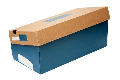 Aus einem Schuhkarton können Sie eine Lochkamera bauen.