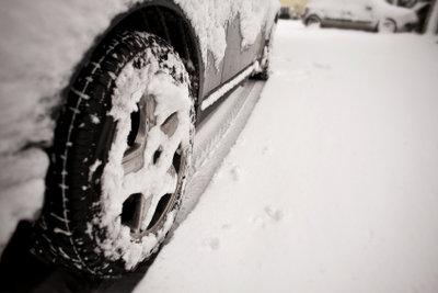 Beim Autofahren im Winter ist besondere Vorsicht geboten.
