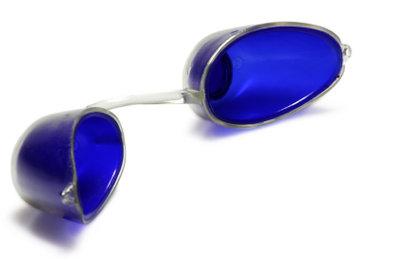 Tragen Sie bei der Rotlichtanwendung eine Schutzbrille.