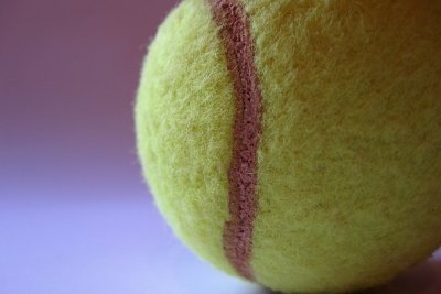 Benutzen Sie saubere Tennisbälle zur Textilienpflege.
