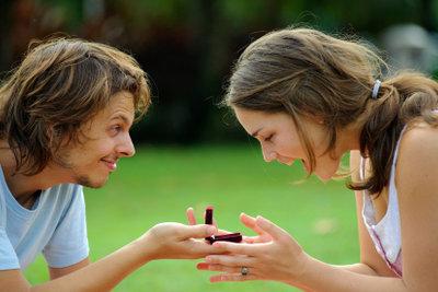 Zu einem klassischen Heiratsantrag gehört auch ein passender Ring.