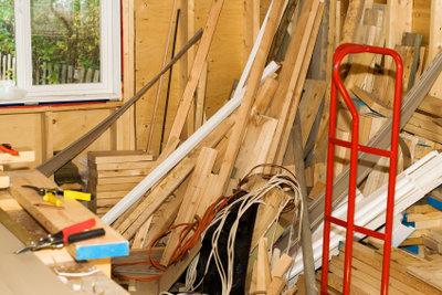 Mit Holzspachtel werden Beschädigungen an Holz repariert.