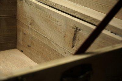 Antiquitäten werden häufig mit Holzdübeln zusammengehalten.