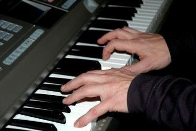 Der Herr spielt auf jeden Fall Klavier.
