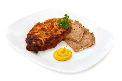 Panieren Sie Schnitzel doch mal mit Cornflakes und Parmesan.