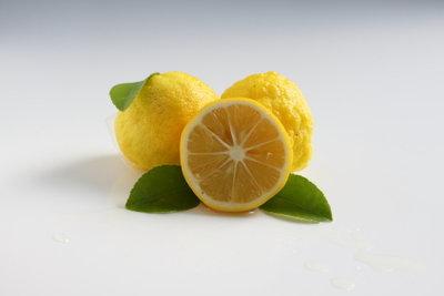 Zitronensaft lindert die Beschwerden bei Mückenstichen.