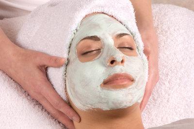 Eine Gesichtsmaske hilft bei Pickeln.