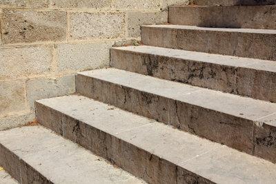 Eine Kellertreppe gegen Feuchtigkeit schützen