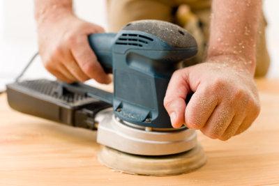 Nach dem Abschleifen lässt sich das geölte Holz lackieren.
