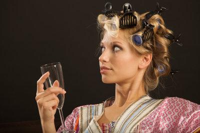 Mit Lockenwicklern machen Sie sich Haare wie Kristen Stewart.