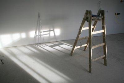 Renovieren Sie fachkundig - saugende Wände brauchen eine Grundierung.
