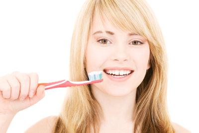 Auch Zähneputzen hilft gegen Mundgeruch.