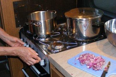 Bringen Sie eine Dunstabzugshaube in ihrer Küche an.