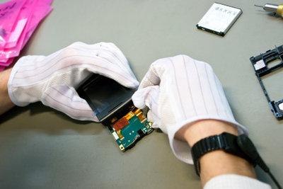 Nur der Fachmann darf ein Handy-Display reparieren.