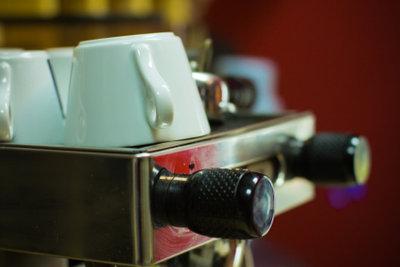 Reinigen Sie Ihre Siebträgermaschine regelmäßig und gründlich.