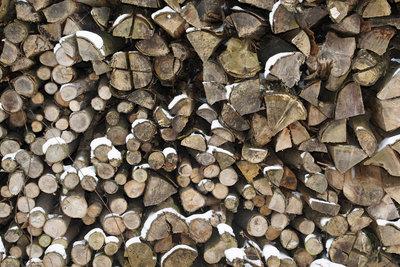 Mit Holz heizen gegen eine kalte Wohnung.