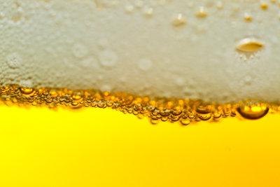 Stellen Sie aus Bier eine Haarkur her.