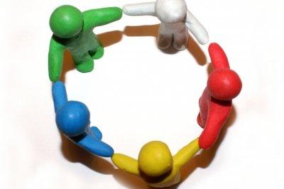 Kreisspiele machen Spaß und passen auch zum Thema Weihnachten.