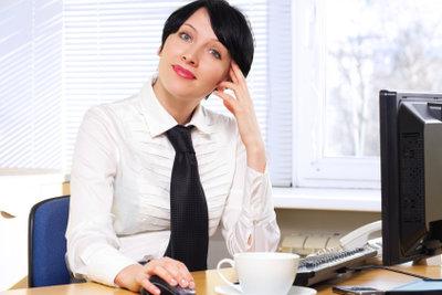 Büroarbeiten strengen Nacken und Schultern besonders an.