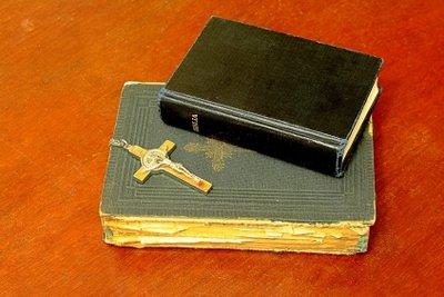 Das Wort Dogma wird im religiösen Kontext verwendet.
