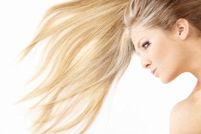 Blonde Haare ohne Graustich färben