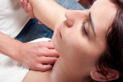 Eine Druckpunktmassage fördert die Durchblutung zur Therapie der Kalkschulter.
