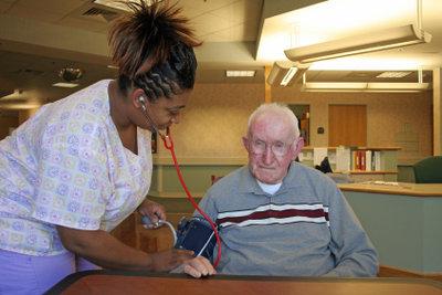 Medizinische Aufgaben wie Blutdruckkontrollen sind auch im Nachtdienst erforderlich.