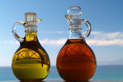 Essig und Öl zum Würzen bei Tisch.