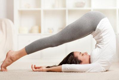 Bei einer Erkältung sollten entspannende Yogaübungen überwiegen.