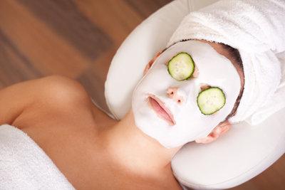 Eine Gurkenmaske spendiert Ihrer Haut Feuchtigkeit.