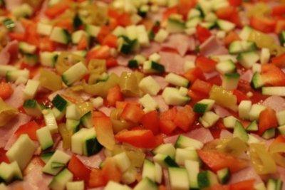 Schinkenpizza mit viel Gemüse belegt